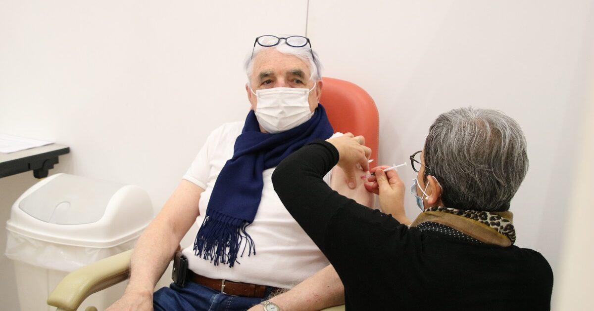 Photo du premier patient vacciné au centre de vaccination Terres de Montaigu