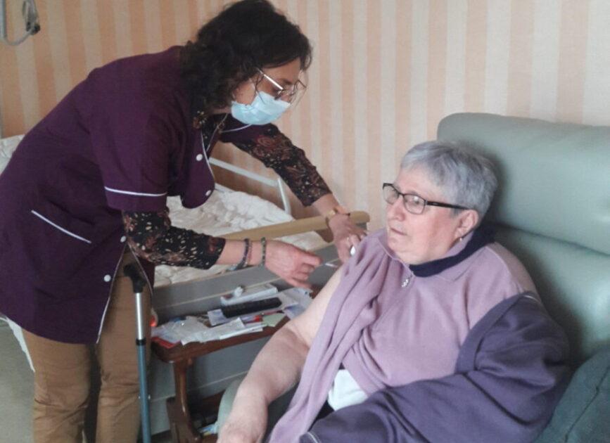 Image d'une personne se faisant vacciner à l'EHPAD de l'Herbergement